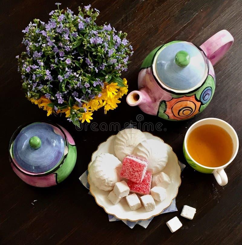 Te i morgonen med sötsaker arkivfoto