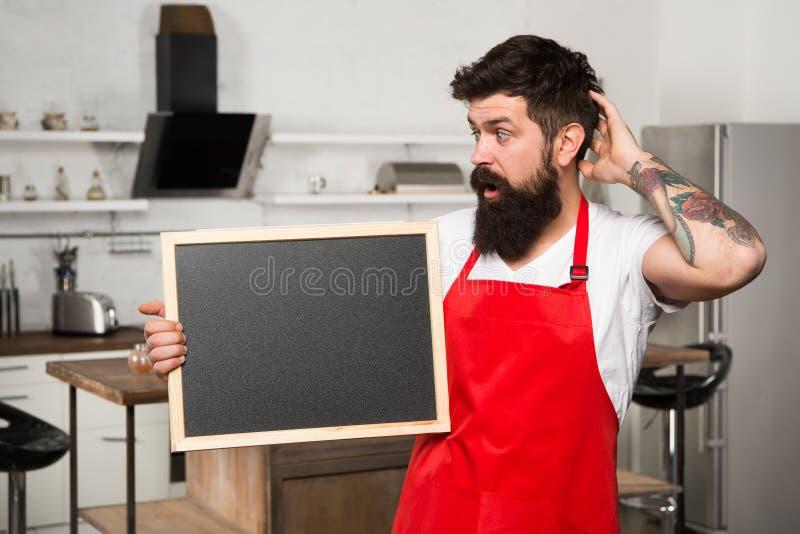 Te koken wat urprise Dit is wat u nodig hebt Hipster in keuken Restaurant of koffiemenu Reclame Gebaarde mens binnen royalty-vrije stock foto