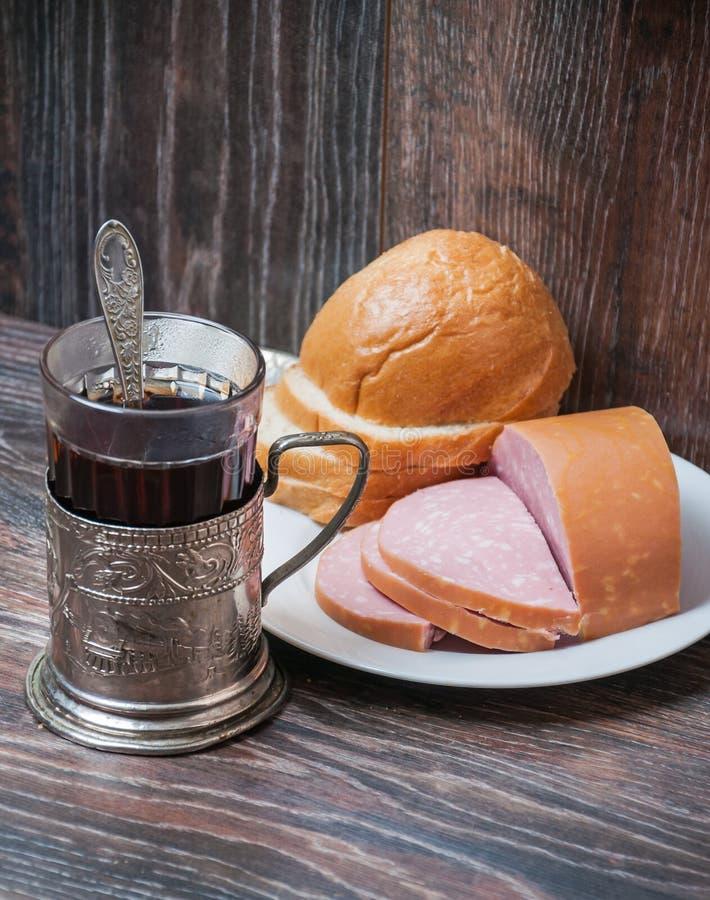 Te, kokt korv och bröd arkivbilder
