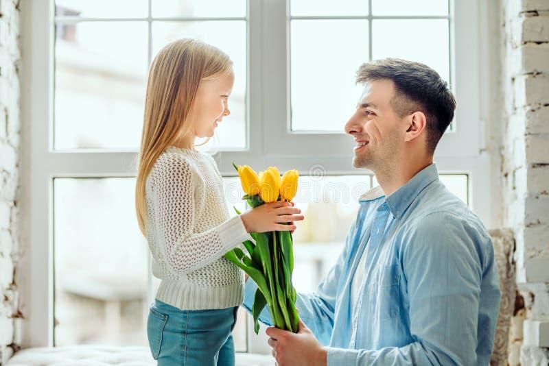 Te kwiaty są dla was Tata daje jej córce bukietowi tulipany fotografia royalty free