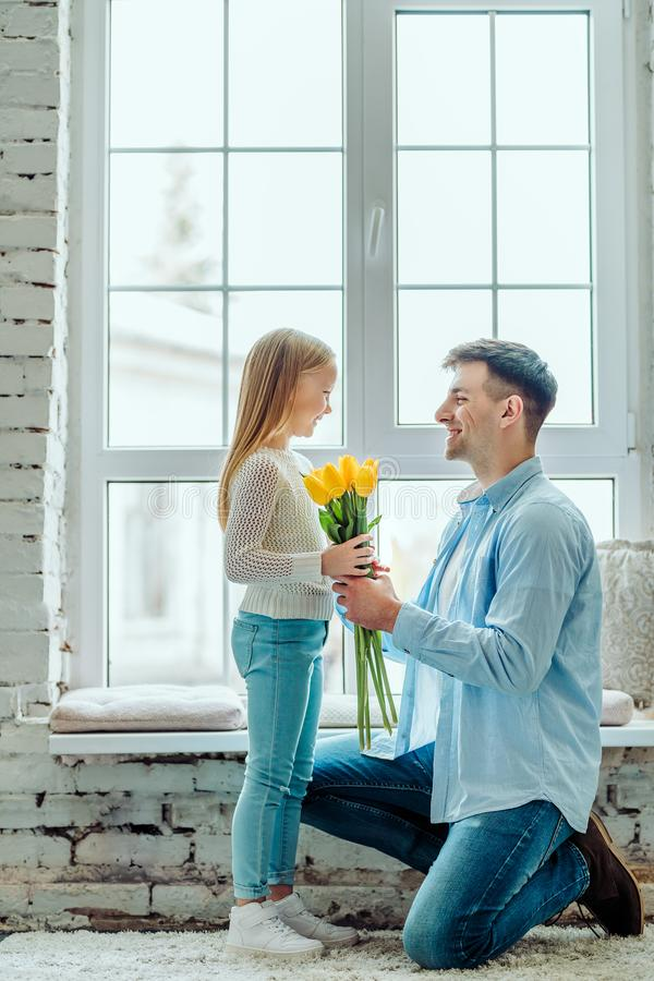 Te kwiaty są dla was Tata daje jej córce bukietowi tulipany zdjęcia royalty free