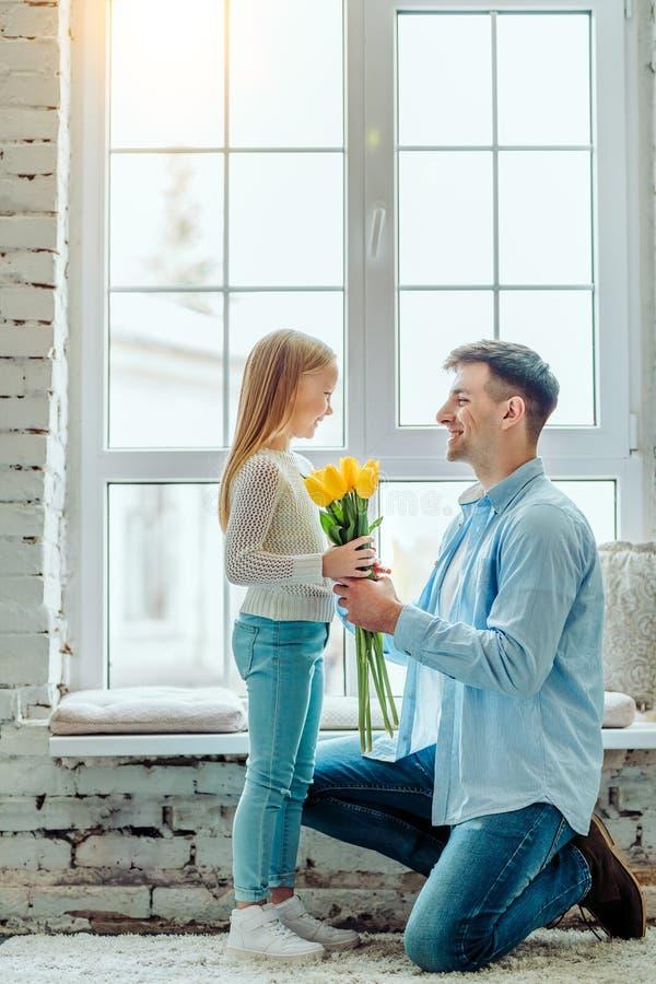 Te kwiaty są dla was Tata daje jej córce bukietowi tulipany obrazy stock