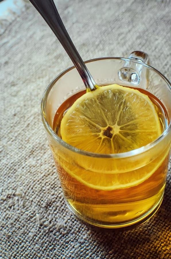 Te med citronen i ett exponeringsglas royaltyfri bild