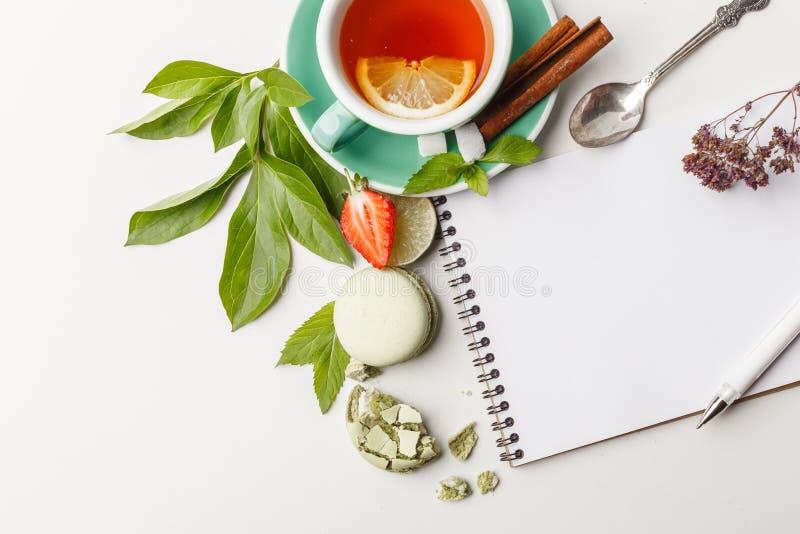 te med kakor och frukt på en vit tabell arkivfoto