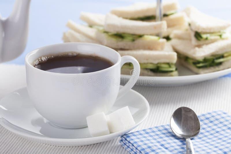 Te- och gurkasmörgåsar royaltyfria foton