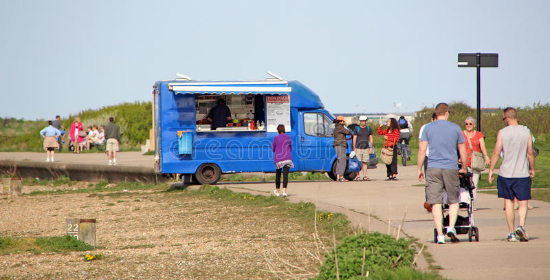 Te- och hamburgareskåpbil på sjösidan arkivbild
