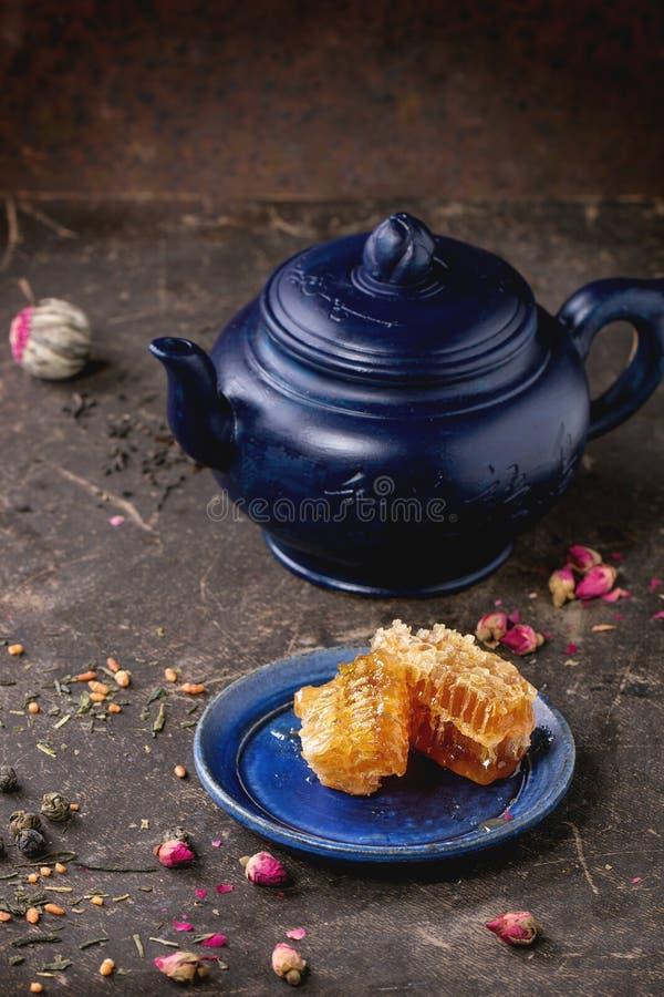 Te och honung arkivbild