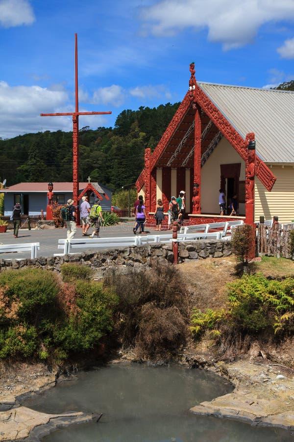 Te Pakira Marae, Rotorua, Nueva Zelanda Un buen ejemplo de la arquitectura maorí imagenes de archivo