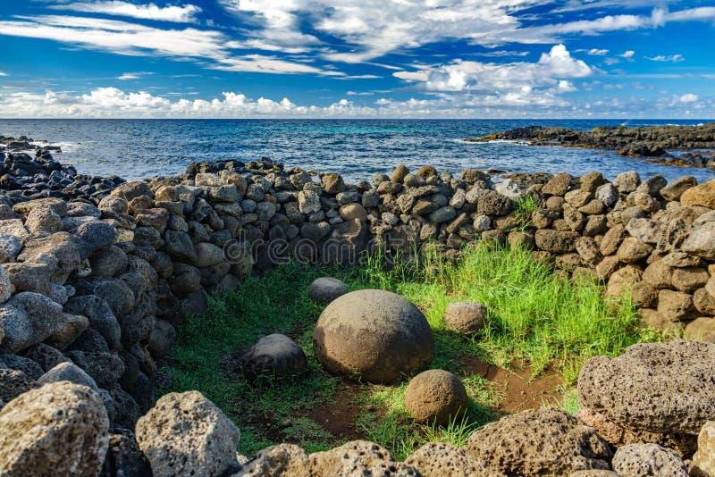 Te Pito O Te Henua ha arrotondato la roccia, l'ombelico della terra, isola di pasqua immagini stock
