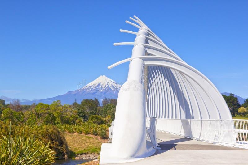 Te Rewa Rea Bridge och montering Taranaki Nya Zeeland royaltyfri bild