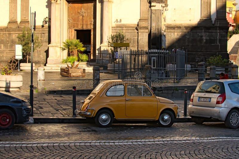 Te snakken volkomen hersteld Fiat 500 gelieve zijn eigenaar en anderen stock fotografie