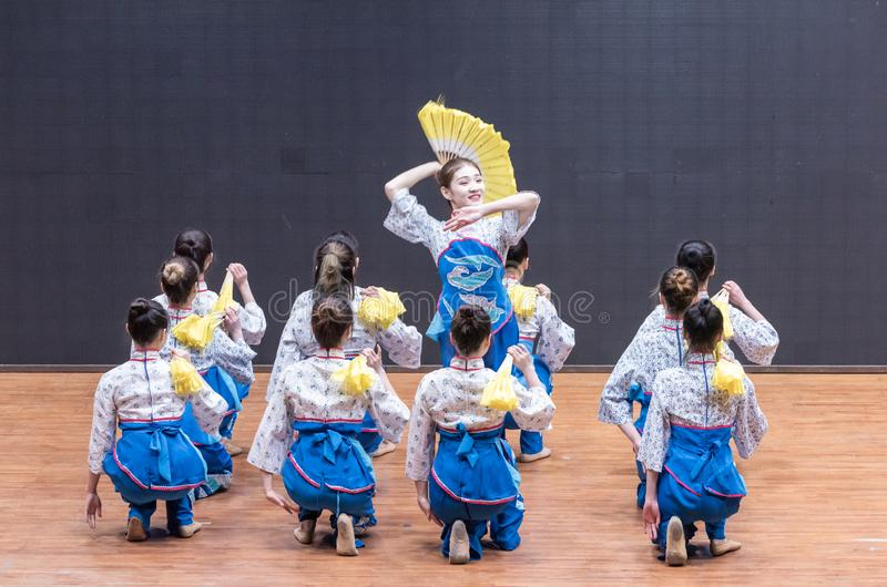 Te som väljer flickan 1-Tea som väljer dansen - undervisande repetition på dansavdelningsnivån arkivbild