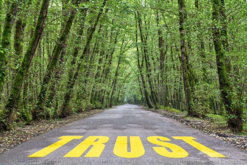 Te vertrouwen op wildernisweg stock afbeelding