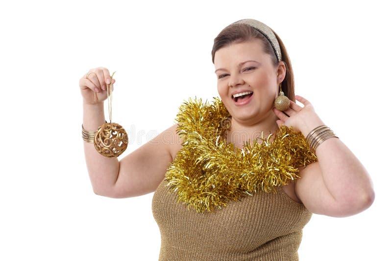 Te zware vrouw die bij Kerstmis glimlachen stock foto