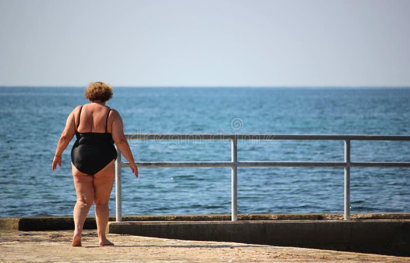 Te zware vrouw in zwempak royalty-vrije stock foto