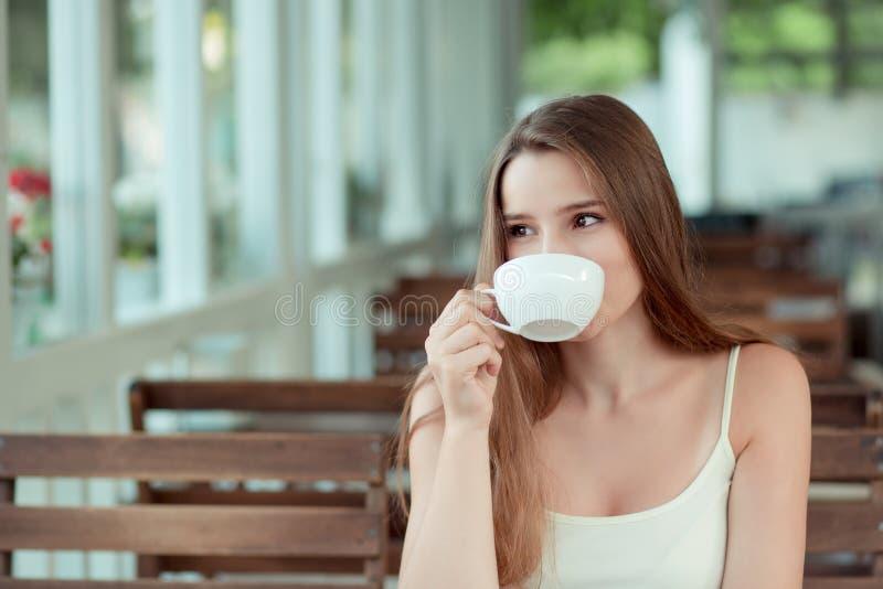 Tea Cappuccino bei Frauen im trendigen Café stockfotografie