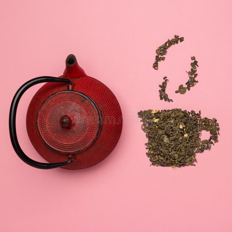 Tea cup-pictogram gemaakt van droog Oolong-theeblad stock foto