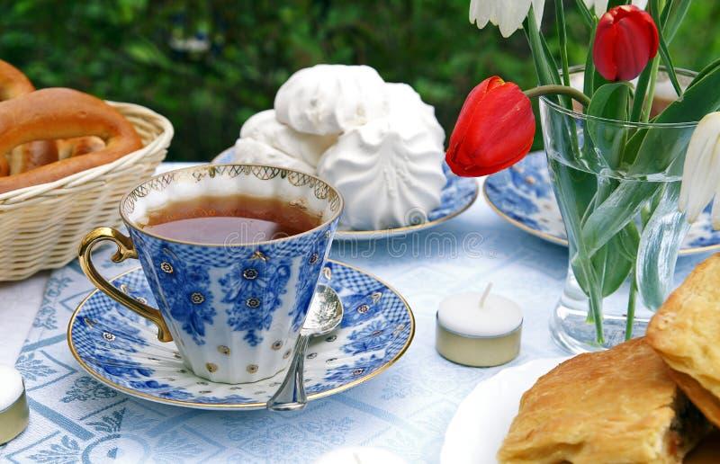 tea för eftermiddagsommartabell arkivfoton