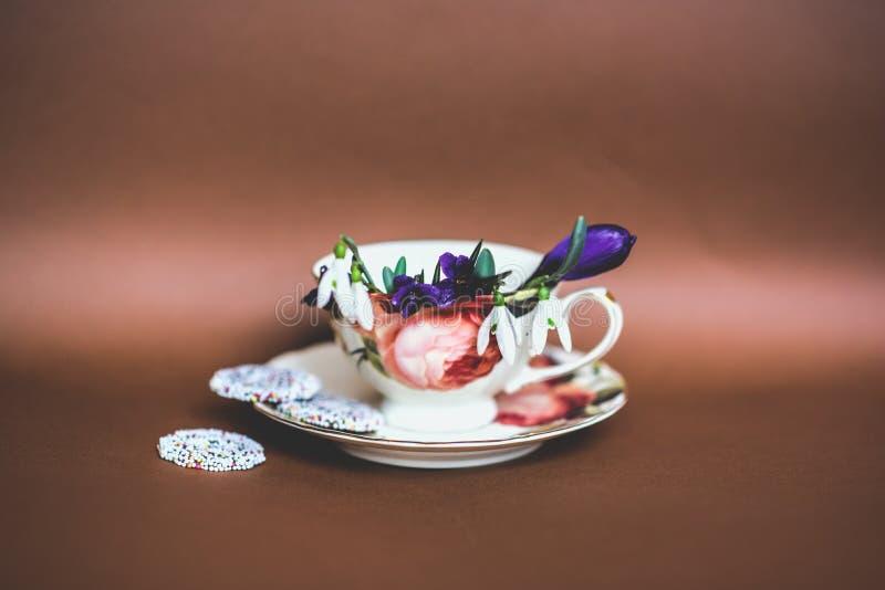 Tea kuper med blommor royaltyfri bild