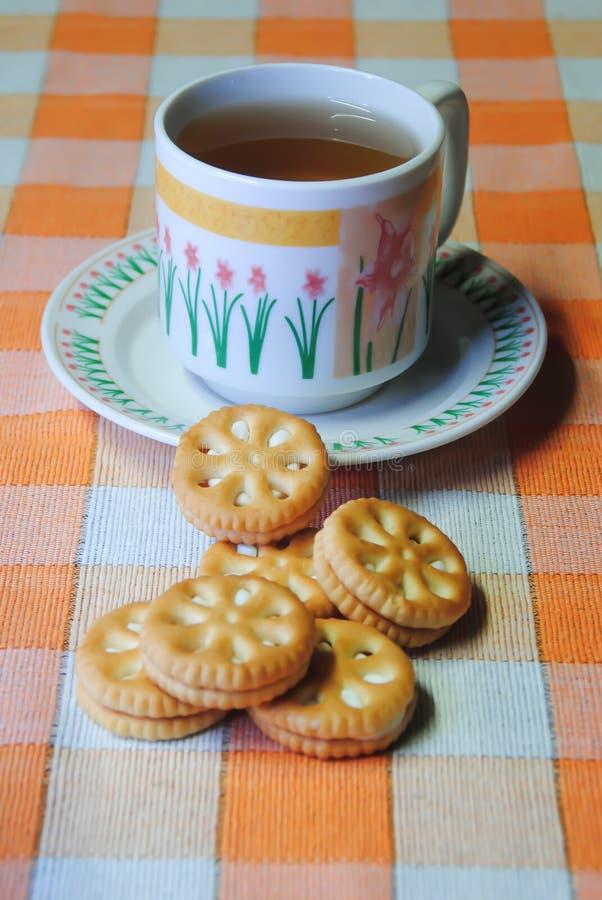 Tea och kakor arkivbild