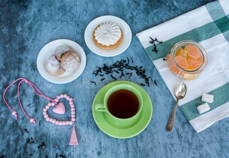 Tea och sötsaker royaltyfri bild