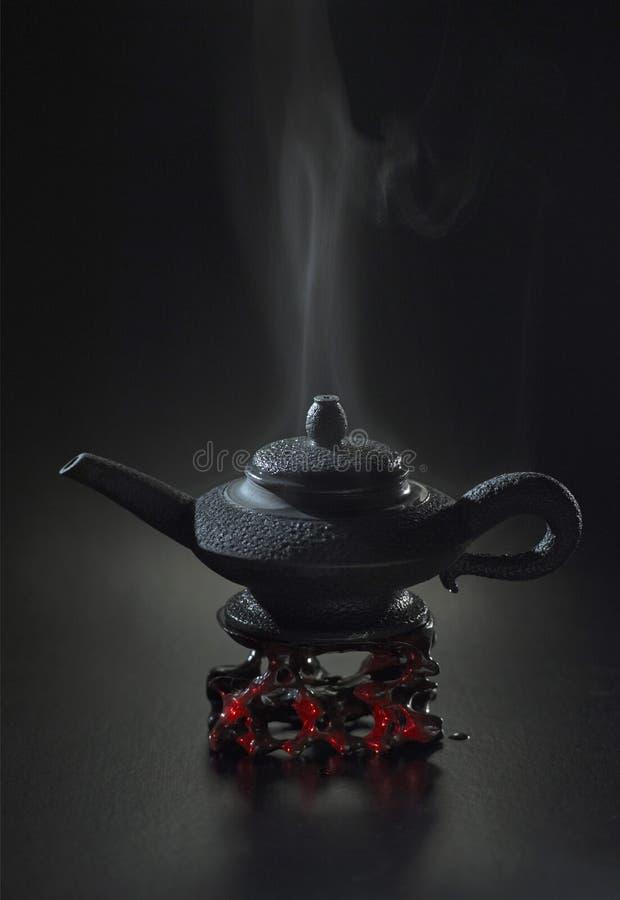 Tea party atrasado no espaço preto fotografia de stock
