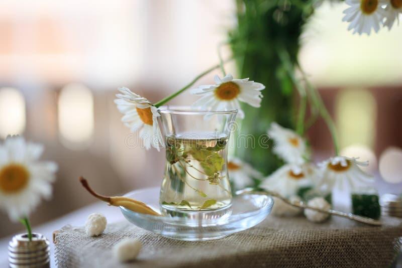 Tea party com as flores no patamar em uma tabela de madeira, wi do verão fotos de stock royalty free