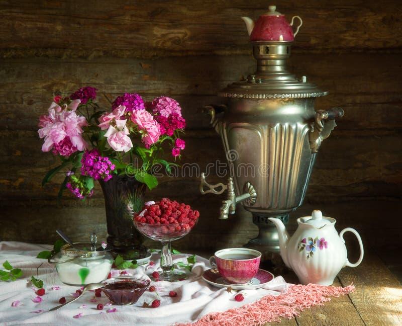 Tea party com samovar, framboesa e doce no estilo rústico imagem de stock royalty free