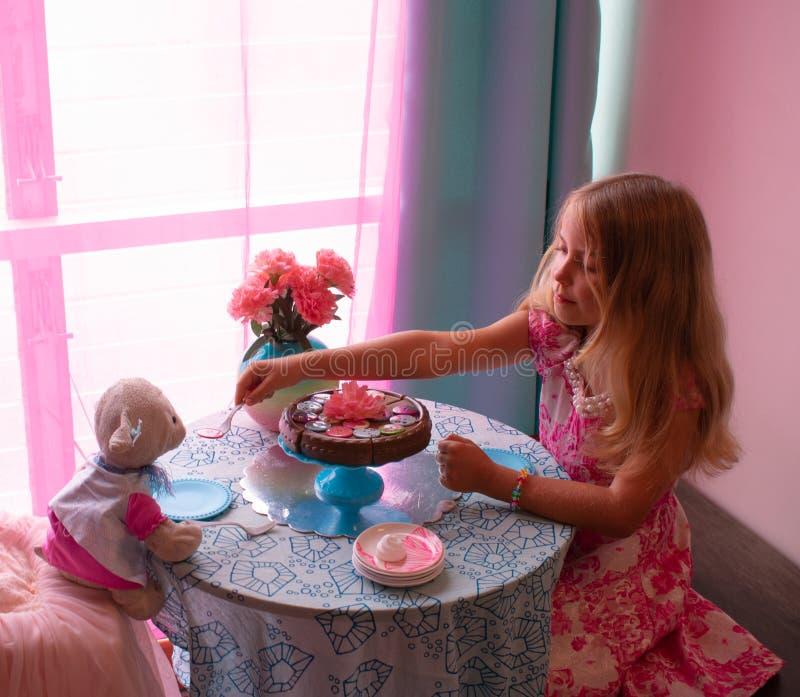 Tea party da menina e do cordeiro fotografia de stock