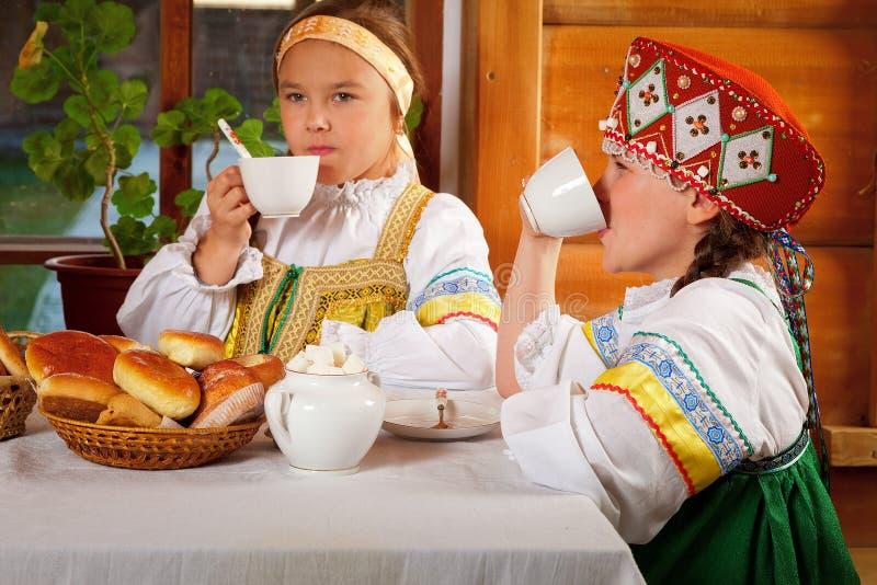 Tea party no estilo antigo em uma vila imagem de stock