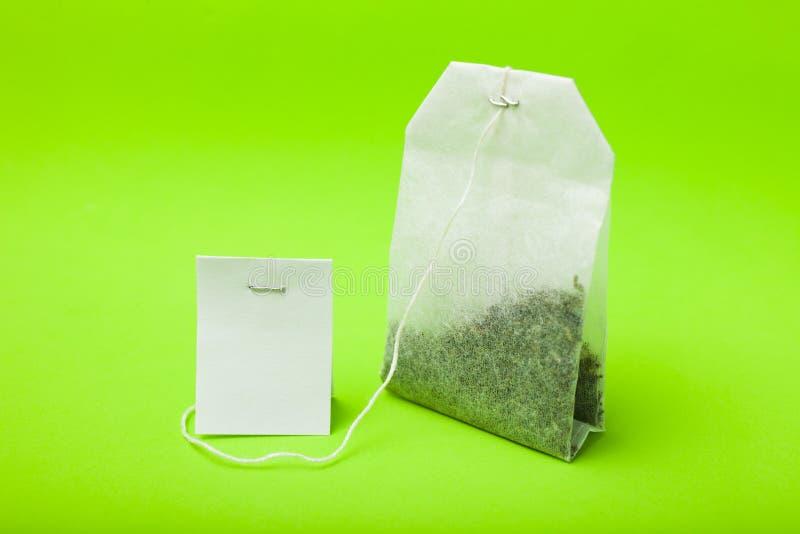Teabag à étiquette blanche. Arrière-plan jaune photo stock