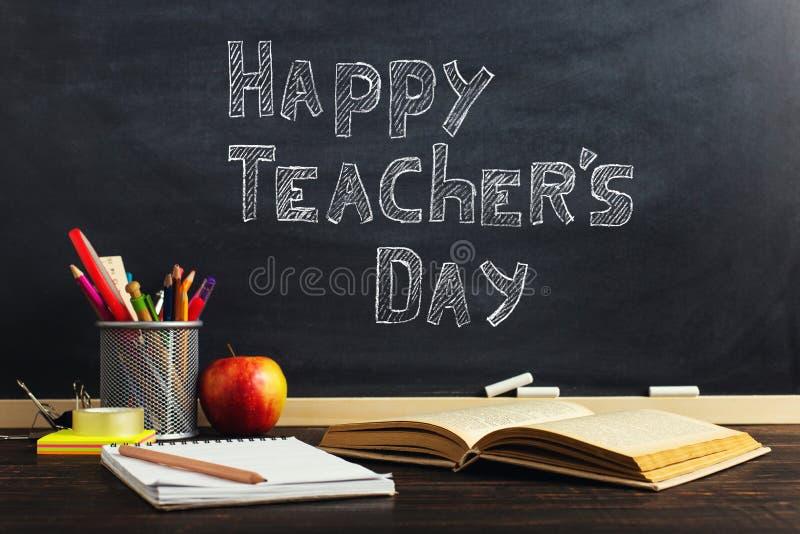 Teacher' escritorio de s con materiales de escritura, un libro y una manzana, un espacio en blanco para el texto o un fondo  foto de archivo