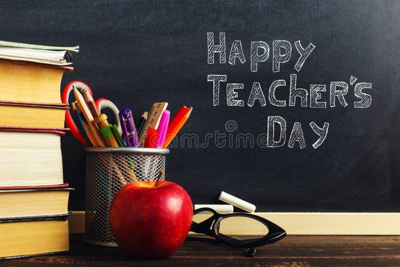 Teacher' escritorio de s con materiales de escritura, un libro y una manzana, un espacio en blanco para el texto o un fondo  fotografía de archivo