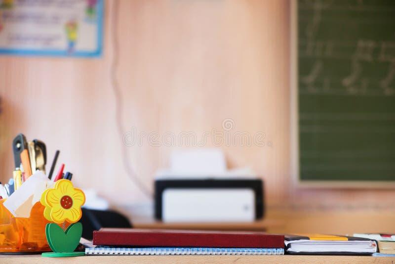 Teacher& x27 ; table de s dans la classe images stock