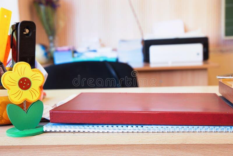 Teacher& x27 ; table de s dans la classe image stock