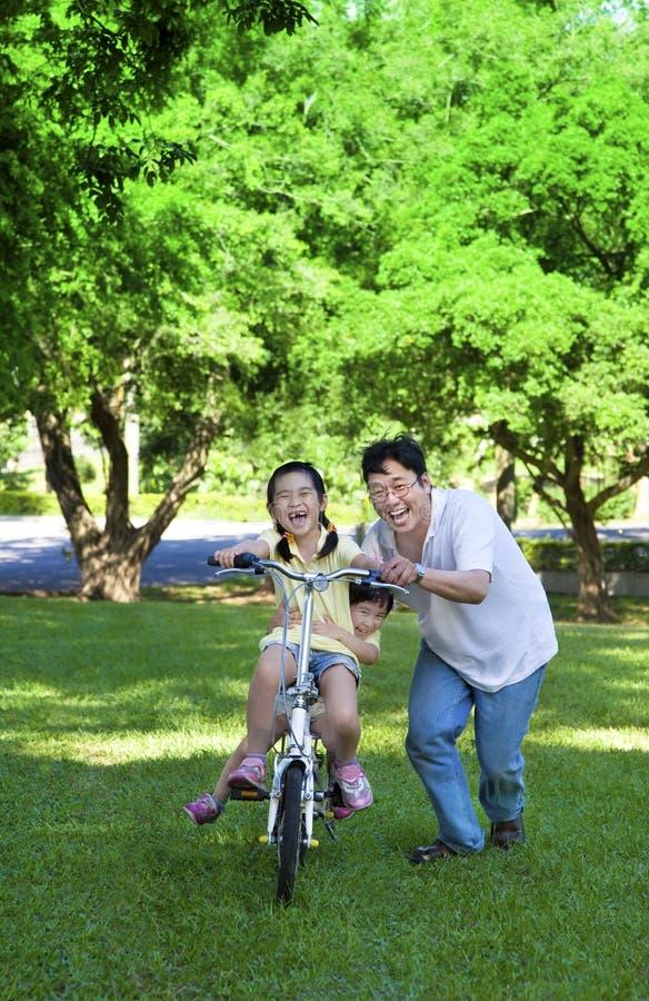 teaching för dotterfaderridning royaltyfri fotografi