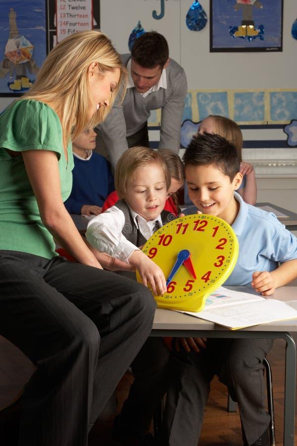 teaching för lärare för barnkvinnliggrundskola för barn mellan 5 och 11 år royaltyfria bilder