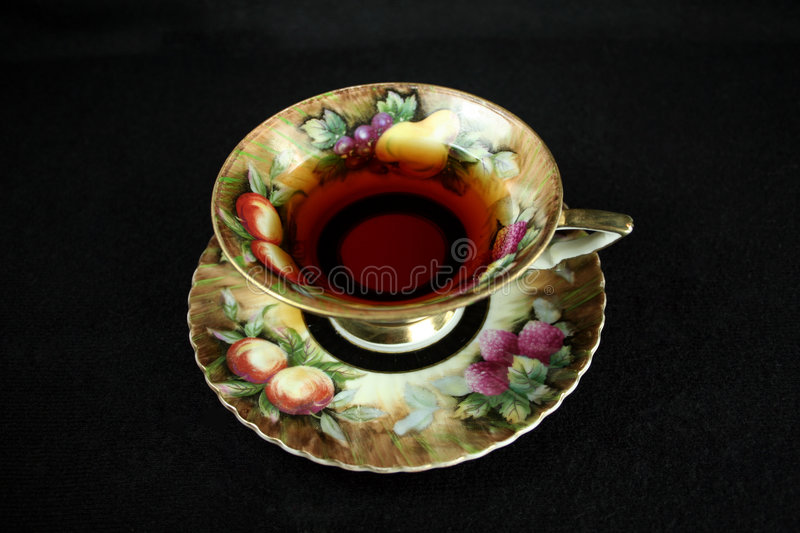 Teacup antigo no preto imagem de stock royalty free