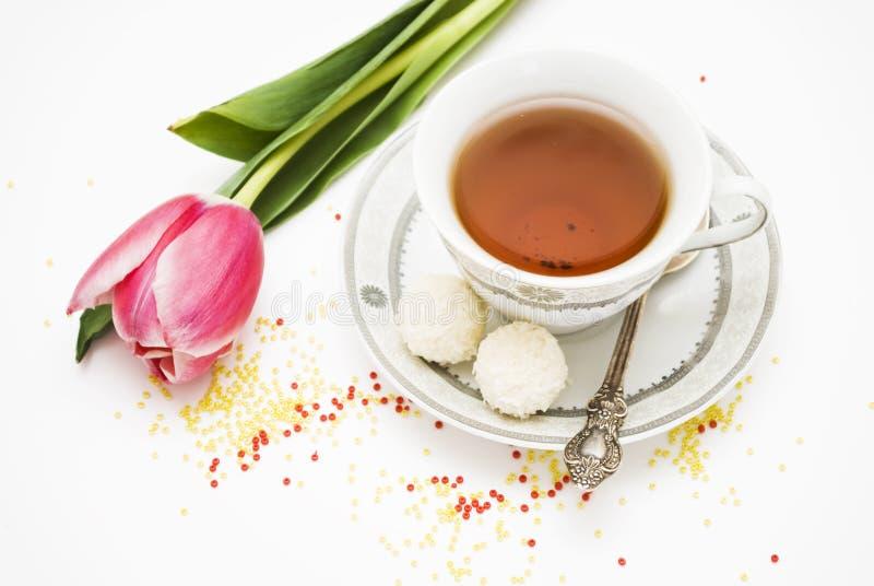 Teacup e flores foto de stock royalty free