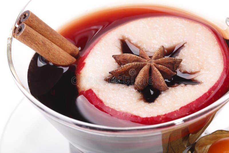 Teacup med glögg, anise, äpplet, physalisen och kanel royaltyfria foton