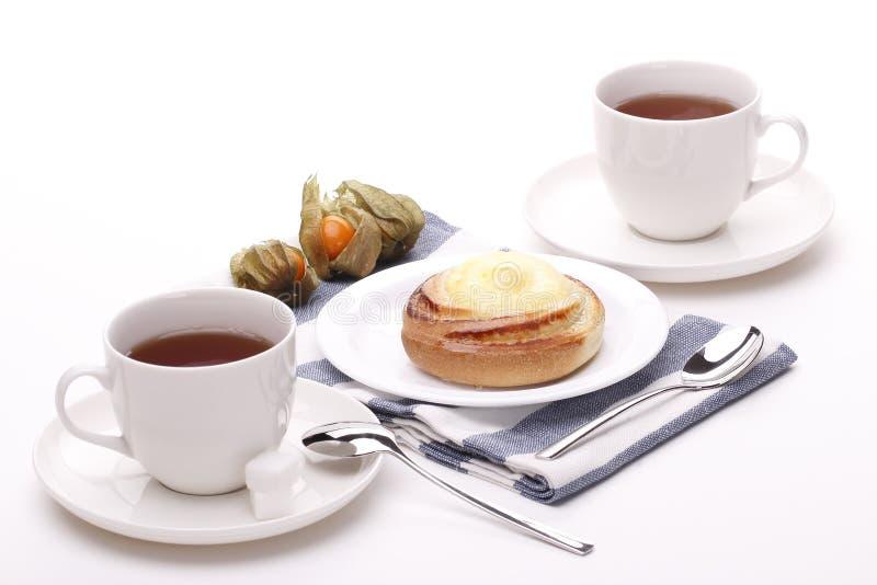 Teacup två med den gulliga bullen arkivbild