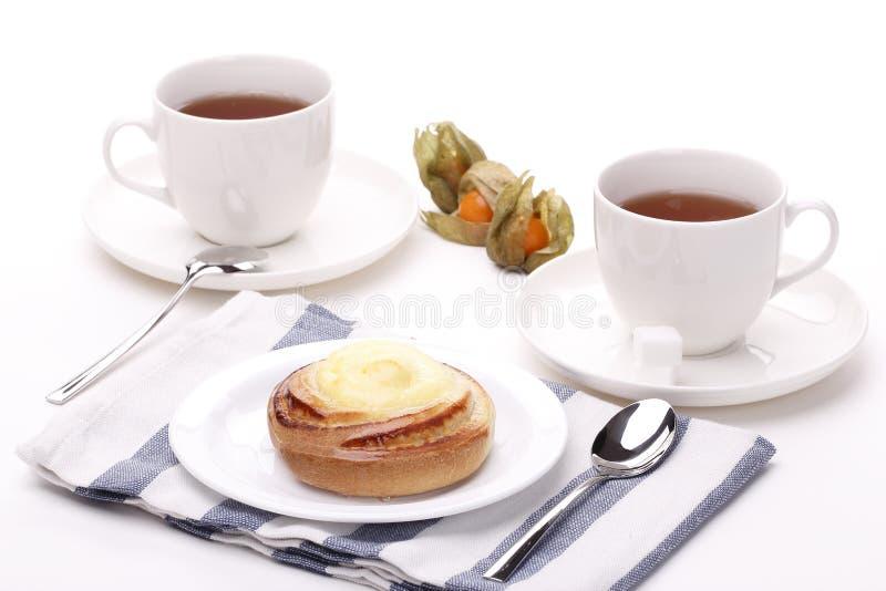 Teacup två med den gulliga semlan fotografering för bildbyråer