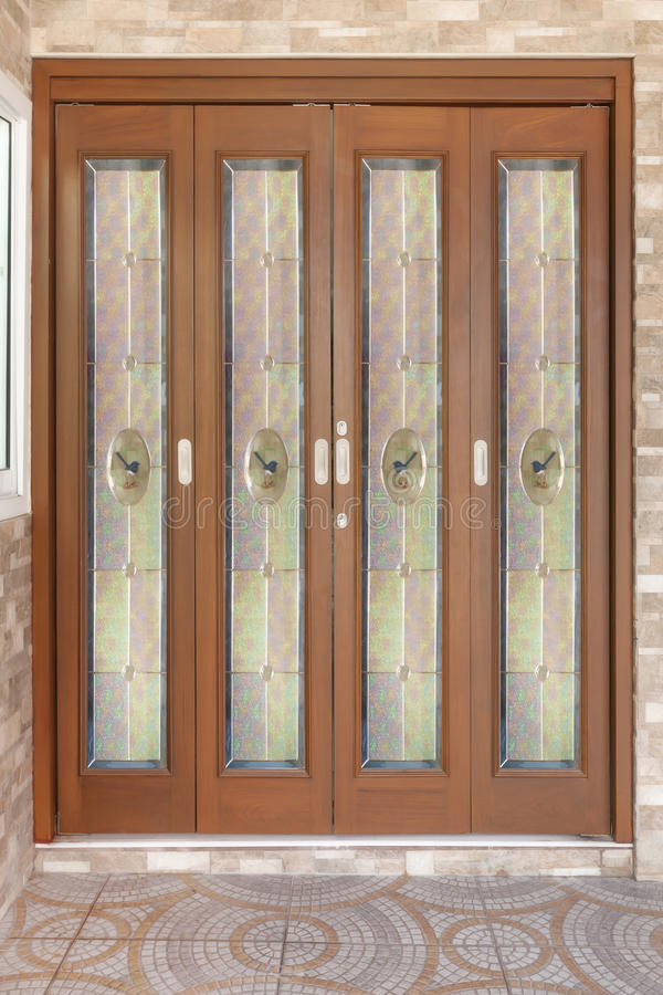 Teak houten deur met spiegel - achtergrond stock foto