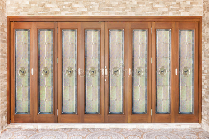 Teak houten deur met spiegel - achtergrond royalty-vrije stock afbeelding