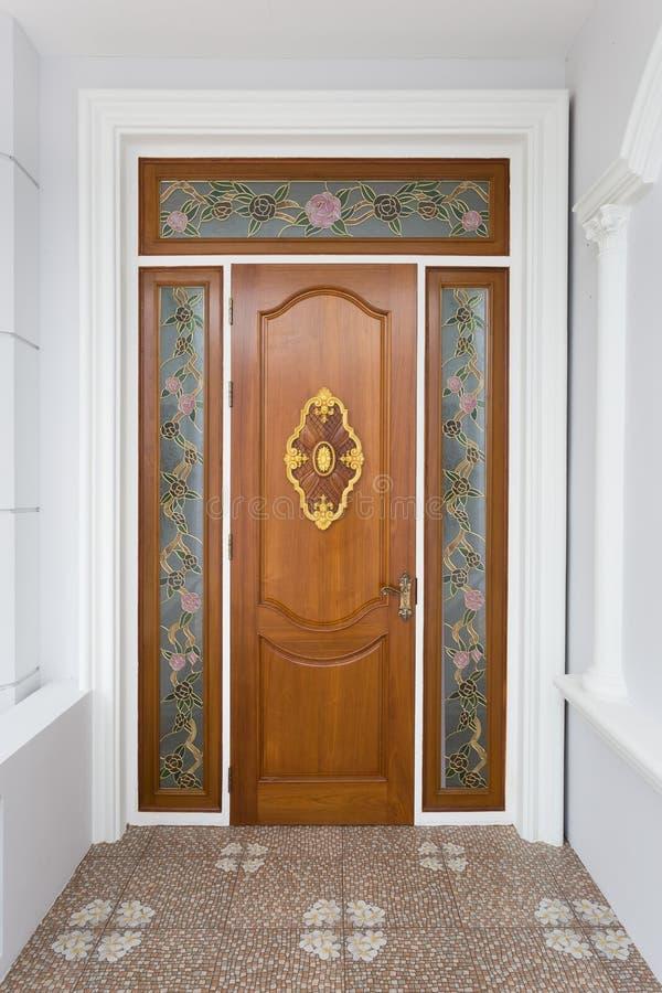 Teak houten deur met spiegelglas - Achtergrond royalty-vrije stock foto's