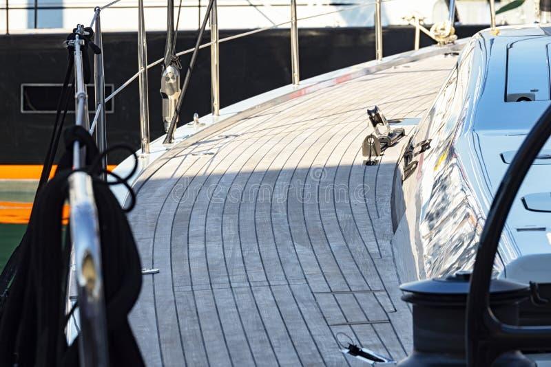 Teakträträ på ett fartygdäck royaltyfria foton