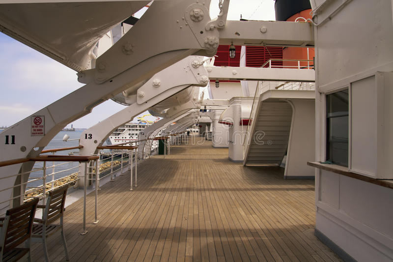 Teakwood-Plattform des Ozeandampfers stockbilder
