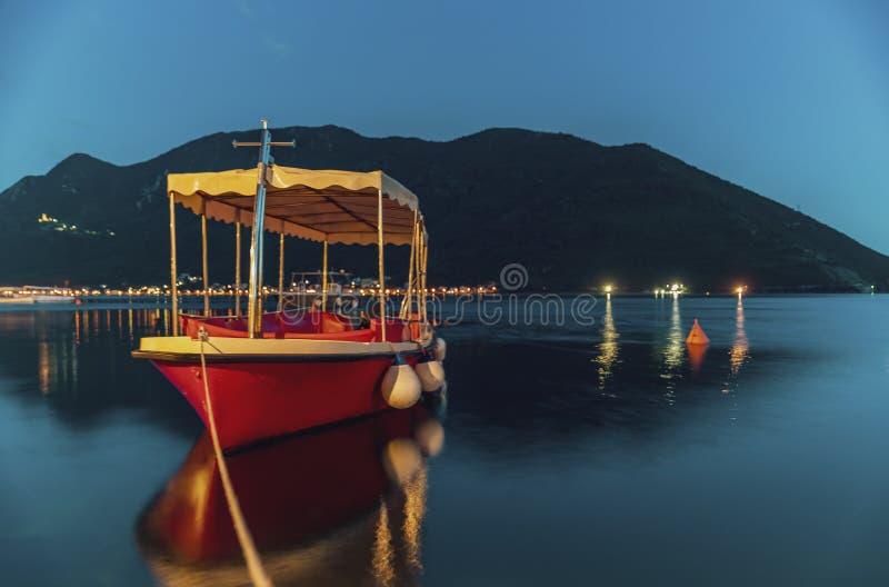Teal долгой выдержки и оранжевый взгляд захода солнца залива Kotor и состыкованной шлюпки в городке открытки идеальном Perast Чер стоковое фото