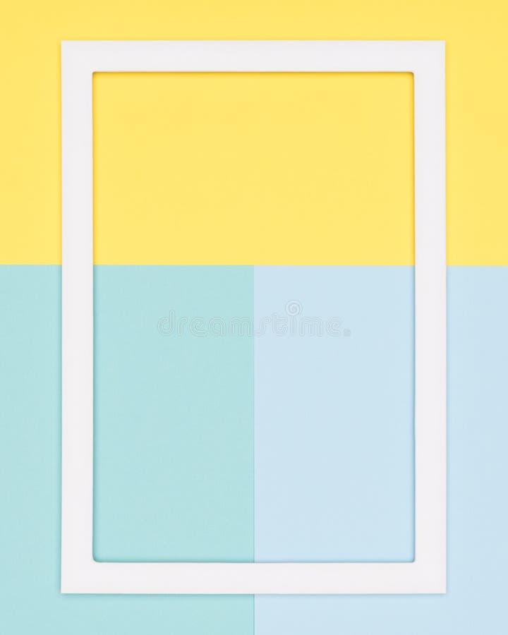 teal и желтая бумажная предпосылка положения квартиры Минимализм, геометрия и шаблон симметрии с пустой насмешкой картинной рамки стоковые фотографии rf