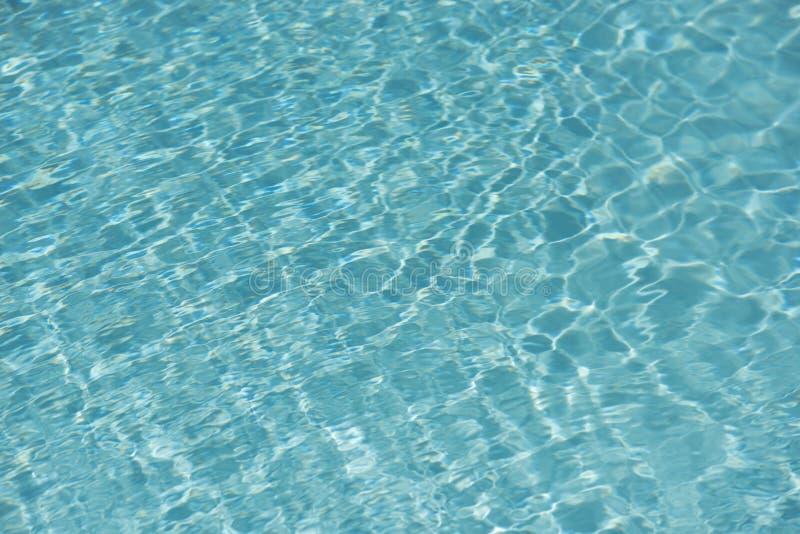Teal Blue Water i en simbassäng arkivbild